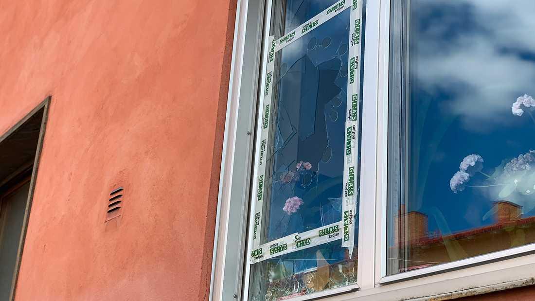 Dagen efter explosionen är det enda tecknet utanför lägenheten en krossad glasruta.