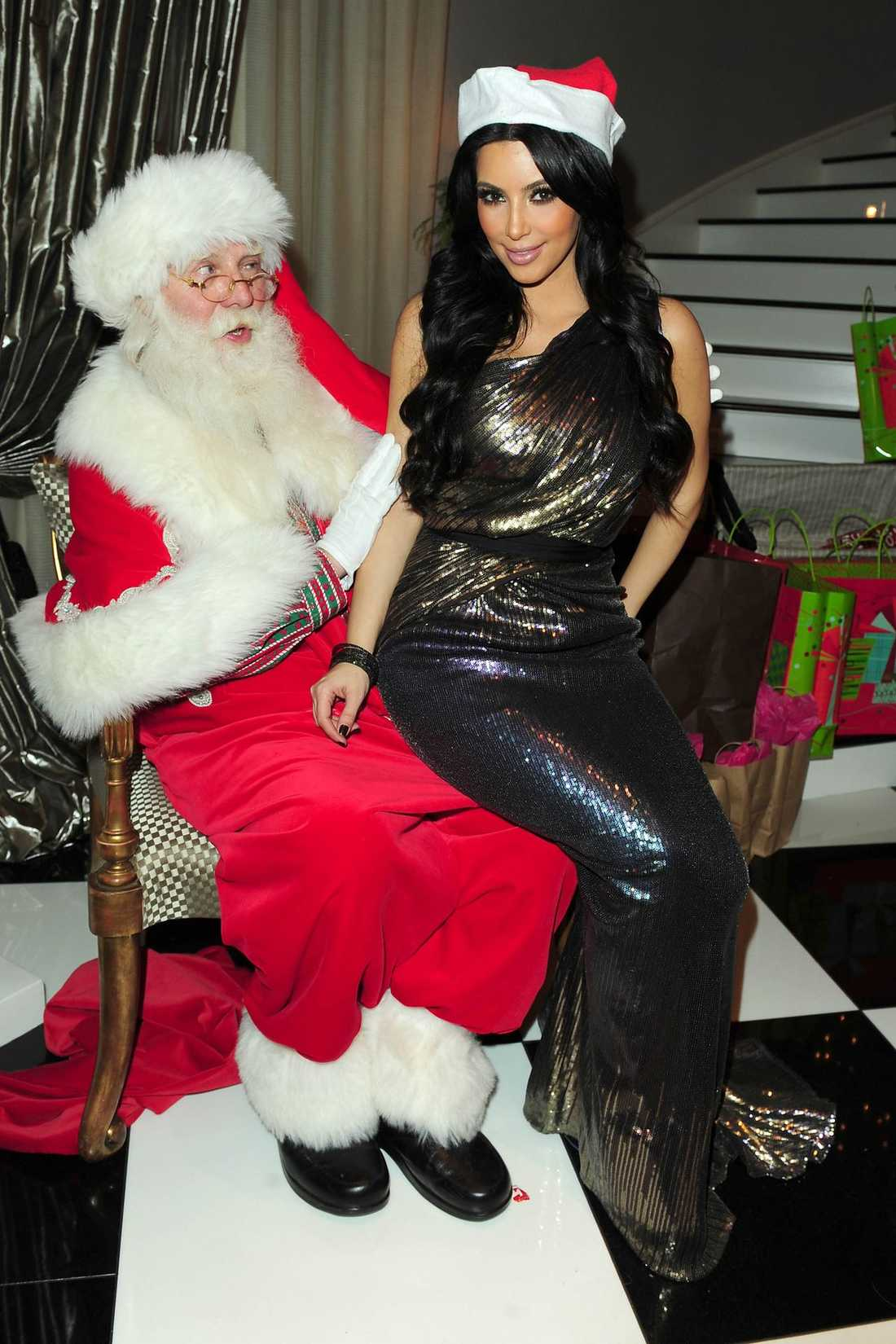 GILLAR TOMTEN Det är inte bara barnen som vill sitta i tomtens knä utan även Kim Kardashian.