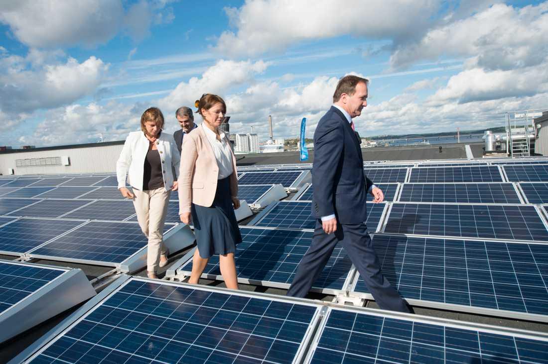 Isabella Lövin, biståndsminister, Ibrahim Baylan, bostadsminister, Åsa Romson, miljömiister och statsminister Stefan Löfven presenterar regeringens satsning på solceller. Detta efter ett besök på ett solcellstak i Stockholms frihamn.