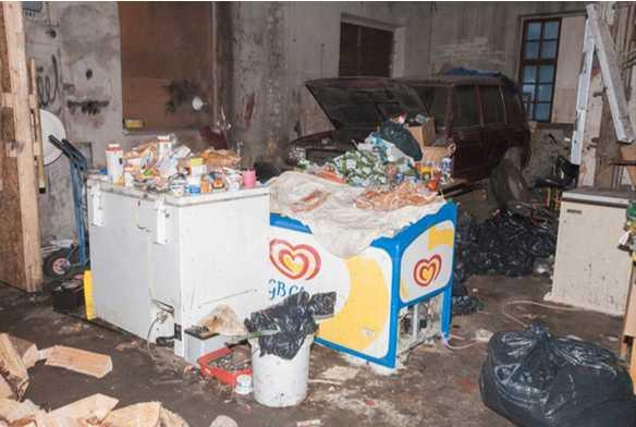 Maten som tiggarna fick var hämtad ur containrar och i flera fall förruttnad.