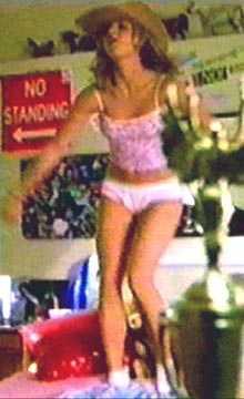 Britney skakar loss till tonerna av  Open your heart  hemma i sitt sovrum i filmen  Crossroads .