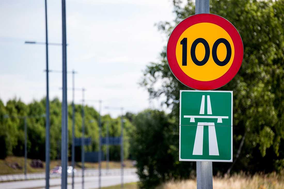 FÖRBIFART STOCKHOLM Socialdemokraterna vill driva igenom motorvägen förbi Stockholm medan Miljöpartiet är emot. TÄNKBAR LÖSNING: Majoriteten i riksdagen är för det jättelika vägprojektet. Miljöpartiet lär få vika ner sig, men får kanske någon ytterligare järnvägsmiljard i kompensation.