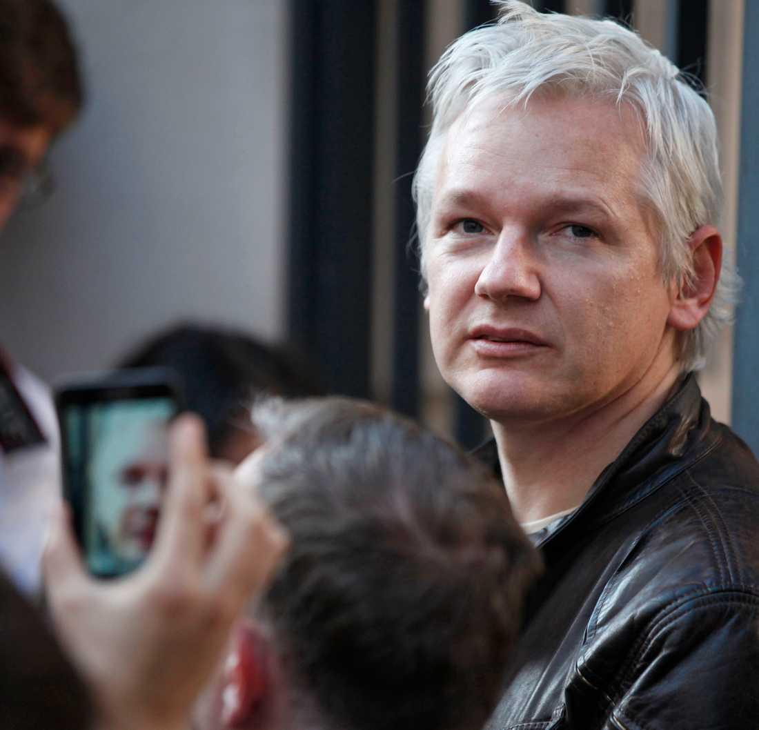 Wikileaks Julian Assange måste få loss pengar för att sajten ska kunna överleva.