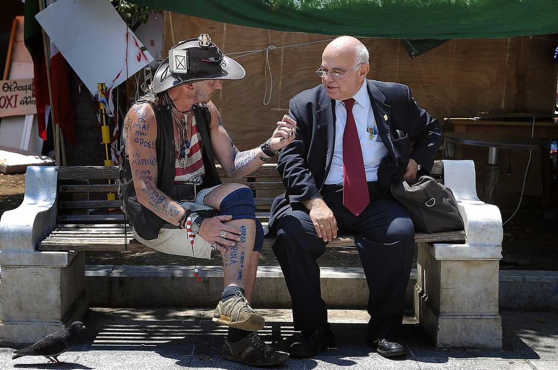 Politiska diskussioner pågår ständigt på Syntagmatorget.