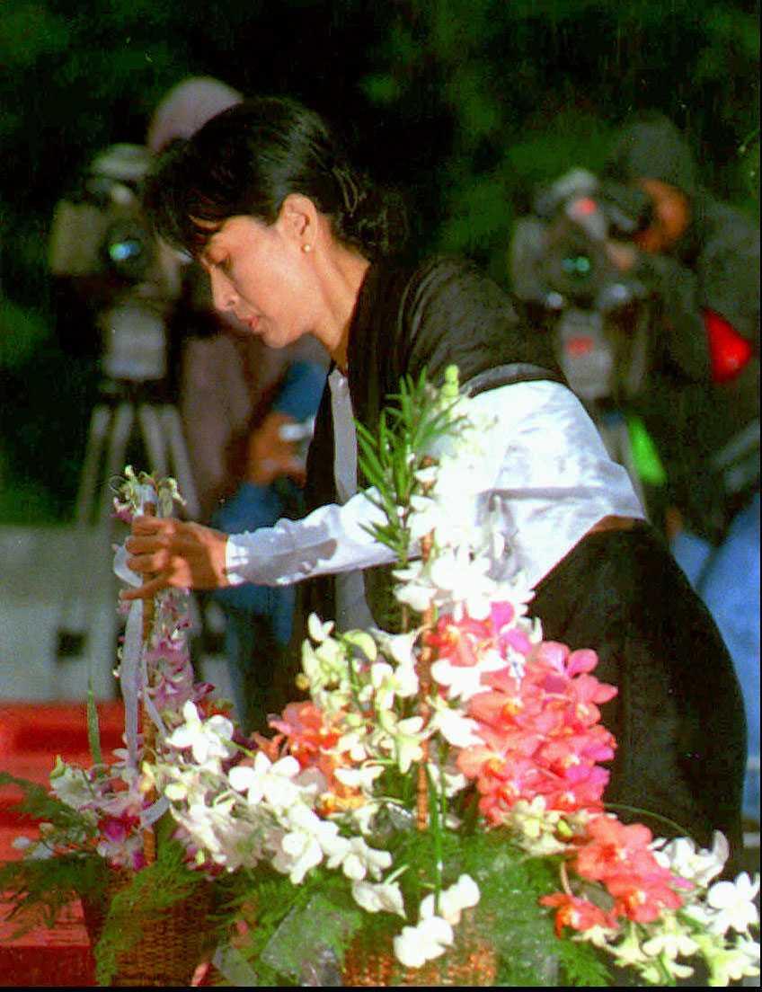 Aung Suu Kyi lägger ned en krans vid sin fars grav. Aung San vann Burmas första allmänna val 1947 och fick bilda regering. När Aung Suu Kyi var två år gammal avrättades han under ett regeringssammanträde.