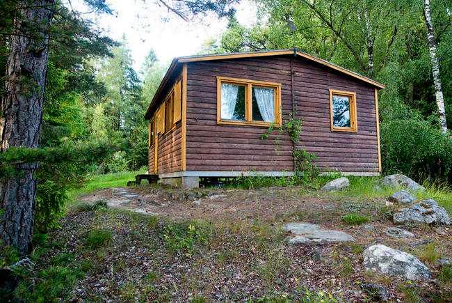 Stugan ligger på en udde några kilometer från Torps gård.