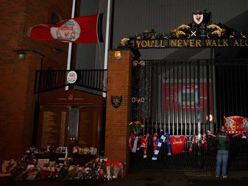Portarna till arenan Anfield road smyckades.
