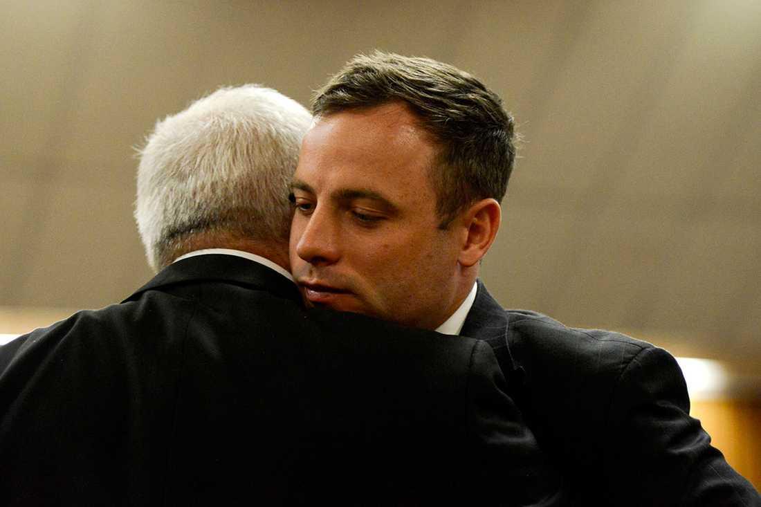 Kramar om sin far efter att ha fått sin dom.