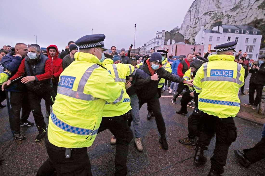 Strandade lastbilschaufförer drabbade samman med polis vid hamnen i Dover under onsdagsmorgonen.