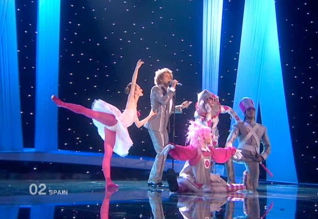 En intet ont anande Daniel Diges med dansare inleder Spaniens nummer.
