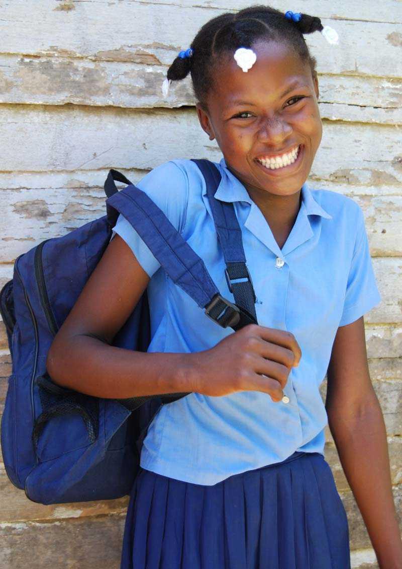 Venilia går i en skola på Haiti som fått bistånd av Actionaid. Där finns nu till exempel böcker på skolan, som eleverna får låna hem.
