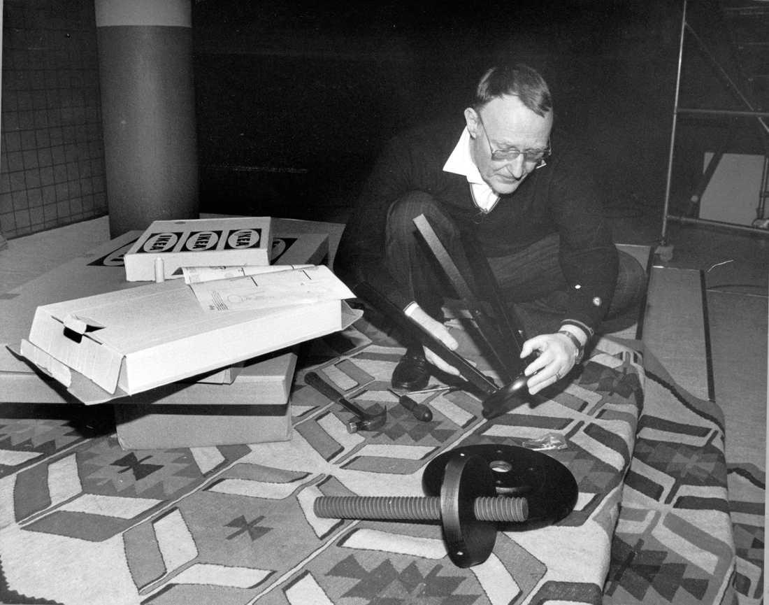 Ingvar Kamprad skruvar ihop en Ikeapall 1989.