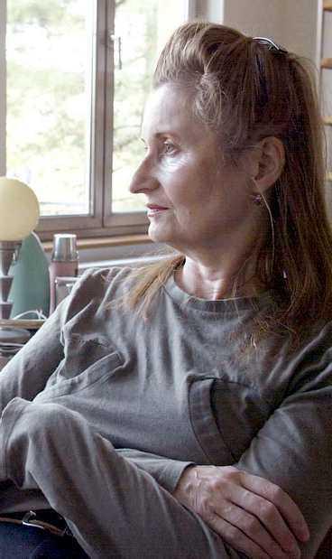 """""""Hatet är min MOTOR"""" Den österrikiska författaren Elfriede Jelinek lider av ångest och neuroser. På grund av sin sociala fobi kommer hon inte till Stockholm för att ta emot Nobelpriset."""