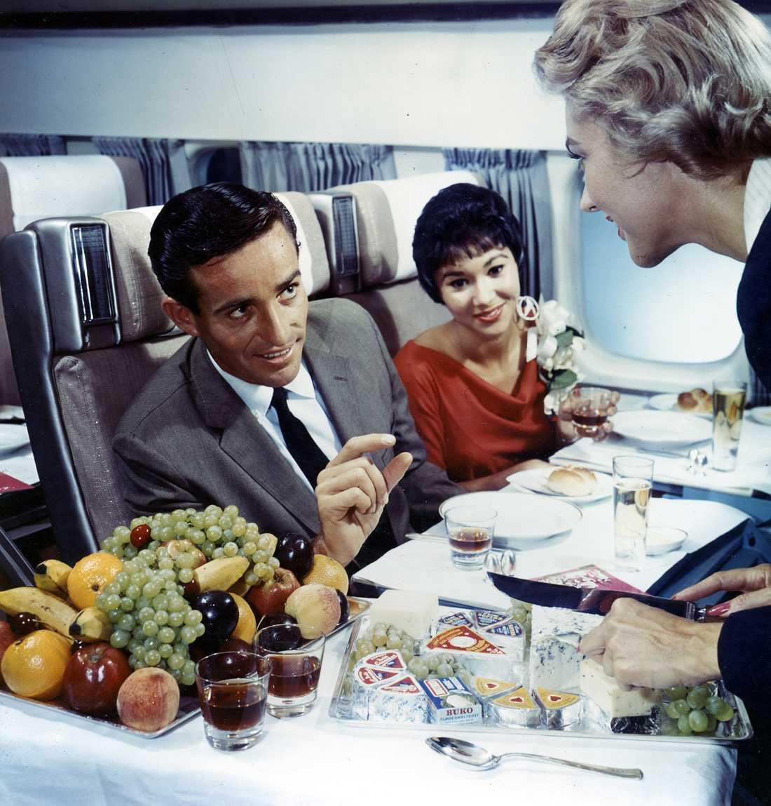 Vad sägs om en liten ostbit till maten? Tidigt 1960-tal.