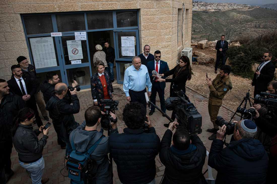 Avigdor Lieberman, partiledare för Yisrael Beitenu, lade sin röst i den israeliska bosättningen Nokdim på måndagsmorgonen.