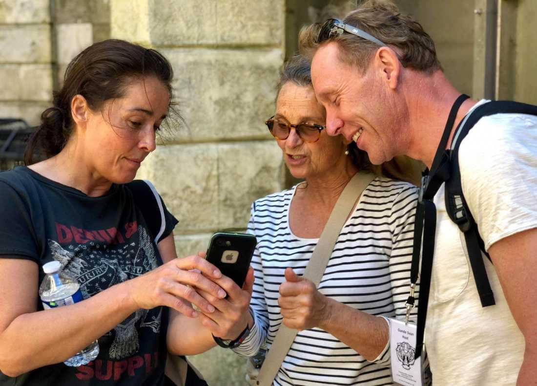 """Programledarna Agneta Sjödin och Gunde Svan med Suzanne Reuter under inspelningarna av """"Fångarna på fortet""""."""