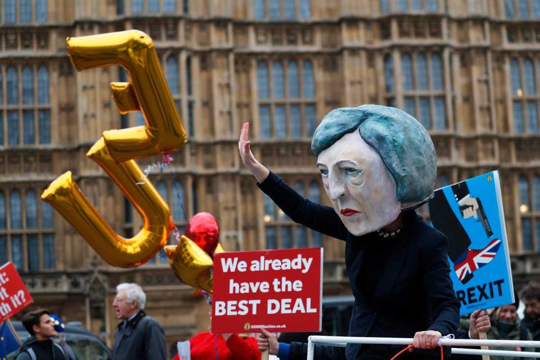 En demonstrant utklädd till Theresa May utanför parlamentet i London.