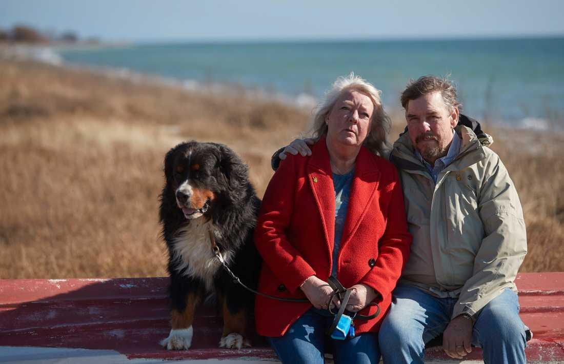 Ingrid och Joachim Wall valde i år att dela ut två resestipendier till kvinnliga frilansjournalister från Kim Walls minnesfond. Här ses makarna Wall tillsammans med deras sjuåriga berner sennen Iso nere vid stranden utanför deras hem i skånska Gislövs läge.