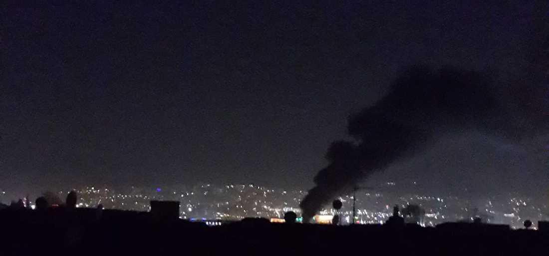 Rökpelare efter explosion.