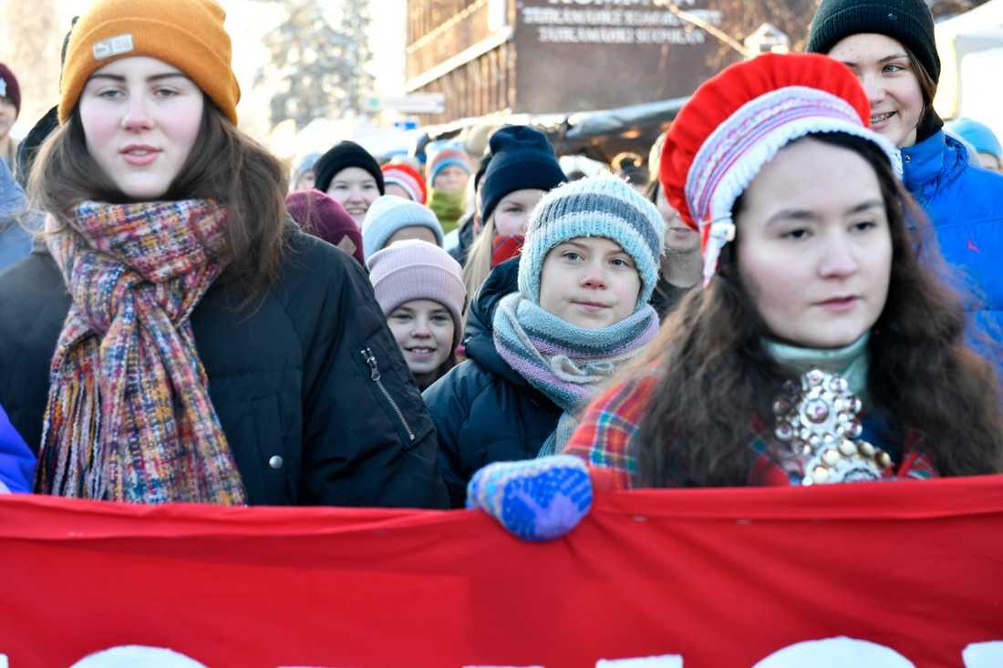 Klimataktivisten Greta Thunberg under fredagens klimatmarsch genom Jokkmokk marknad tillsammans med samiska barn och ungdomar.