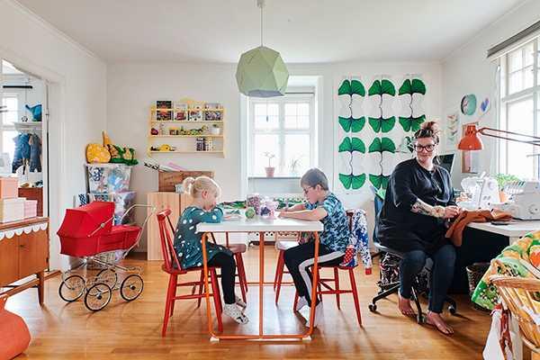 Pysselrummet på övervåningen är familjens favoritrum och öppna hyllor fyllda med pysselmaterial främjar kreativiteten och skapandet hos såväl stor som liten.