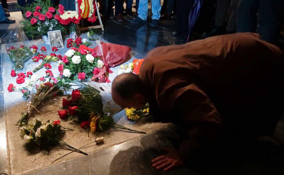 En man lägger blommor vid Francisco Francos grav i november 2018, 43 år efter den spanske diktatorns död. Arkivbild.