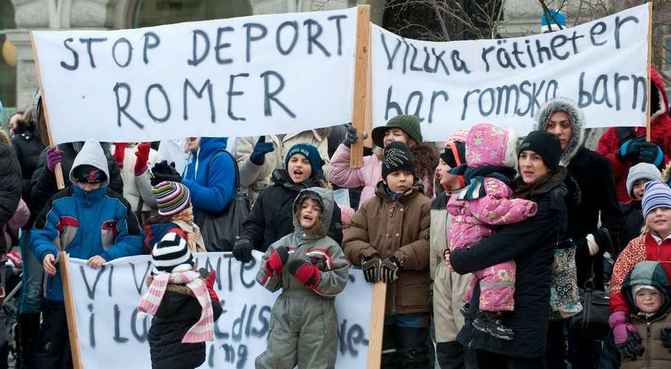 Asylsökande romer i Västsverige demonstrerade på Mynttorget utanför Riksdagshuset i Stockholm mot avvisningar till Kosovo och Serbien i våras.