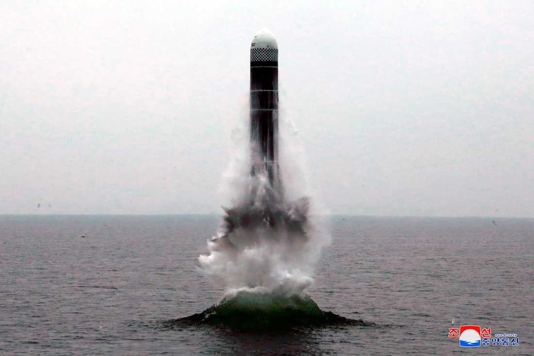 Fotot visar, enligt regimen i Nordkorea, en robot som i onsdags sköts upp från vattnet utanför den östra kuststaden Wonsan.