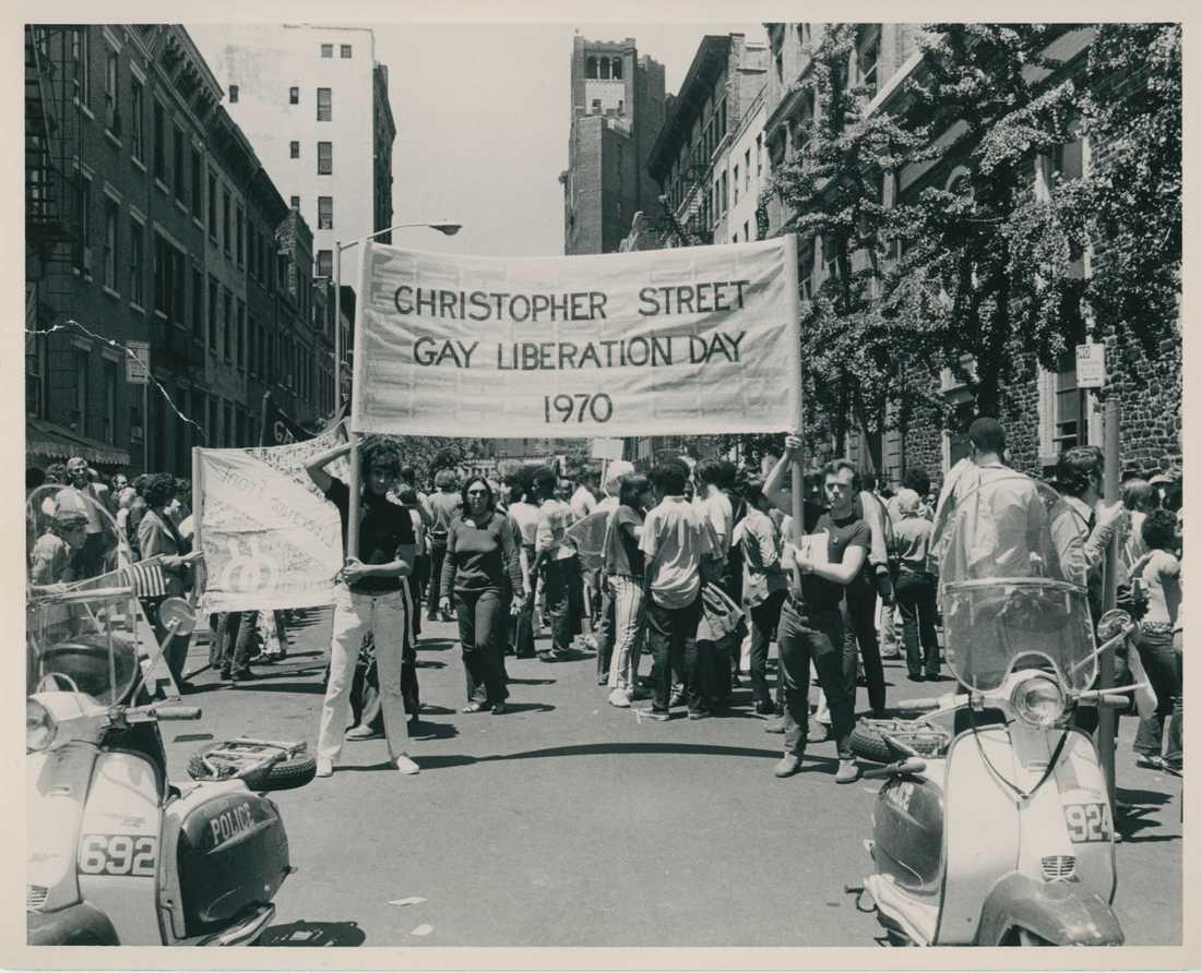 Den första prideparaden på Christopher street i New York, ett år efter det så kallade Stonewall-upproret.