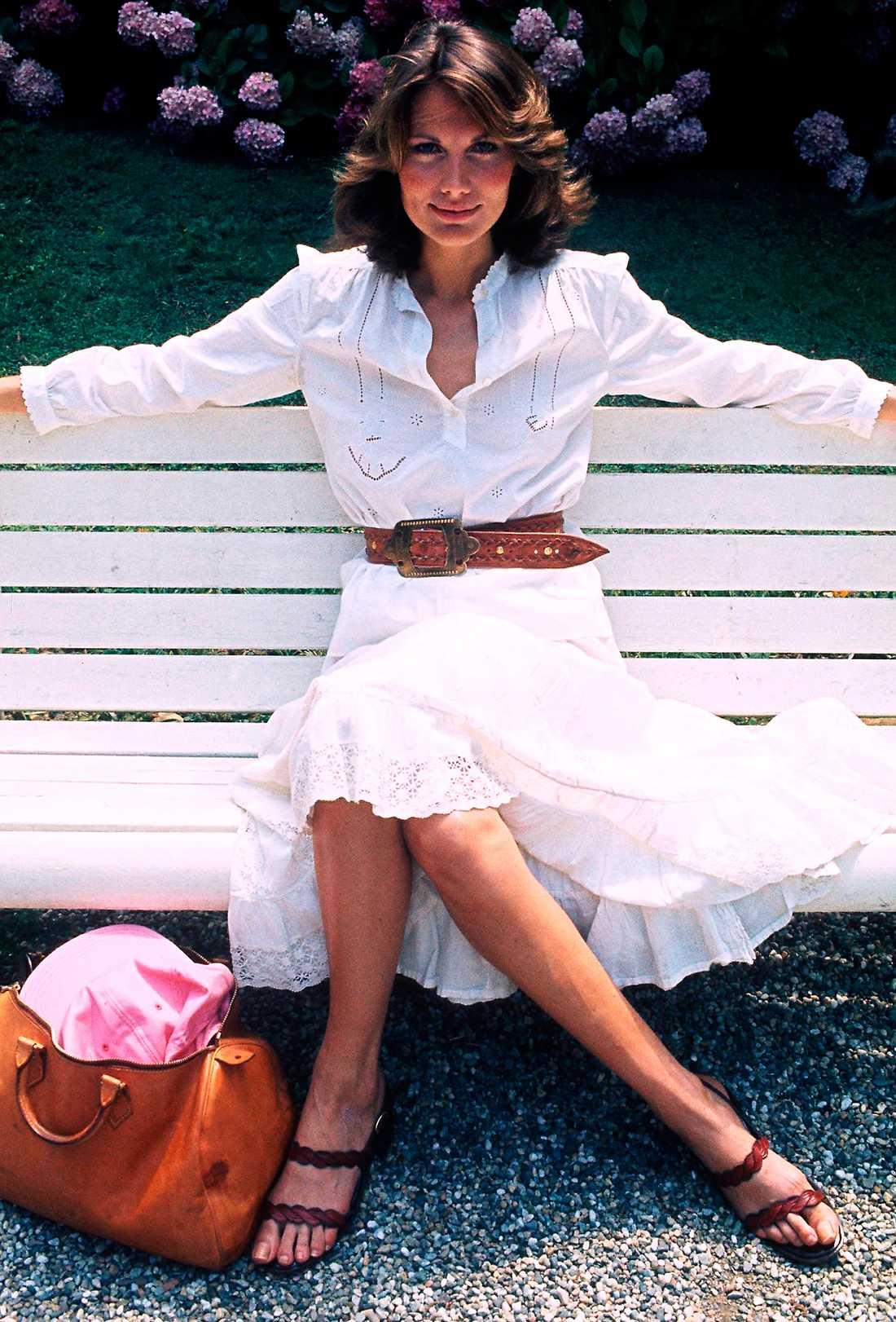Maud Adams 1976 PB: Maud visar att vita skjortan är lika het nu som då. Att hon dessutom matchar den med vit kjol gör det hela ännu bättre. En bra och klassisk sommarlook.  NJ: Sköna Maud, så snygg i vitt! Det man minns mest av hennes stil kommer väl egentligen från Bond-filmerna men i samband med dem fick hon iklä sig den tidens absolut snyggaste looks. Stilar som än idag ger avtryck!