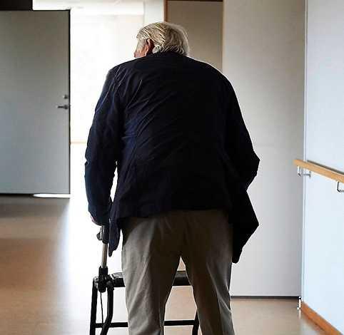 """Kostnaderna för den åldrande befolkningen kommer att stiga med 200 miljarder, varnar Expressens Anna Dahlberg. """"Dum-alarmism"""", skriver Petter Larsson."""