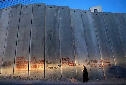 Muren mellan Israel och Palestina, nedklottrad med slagord.