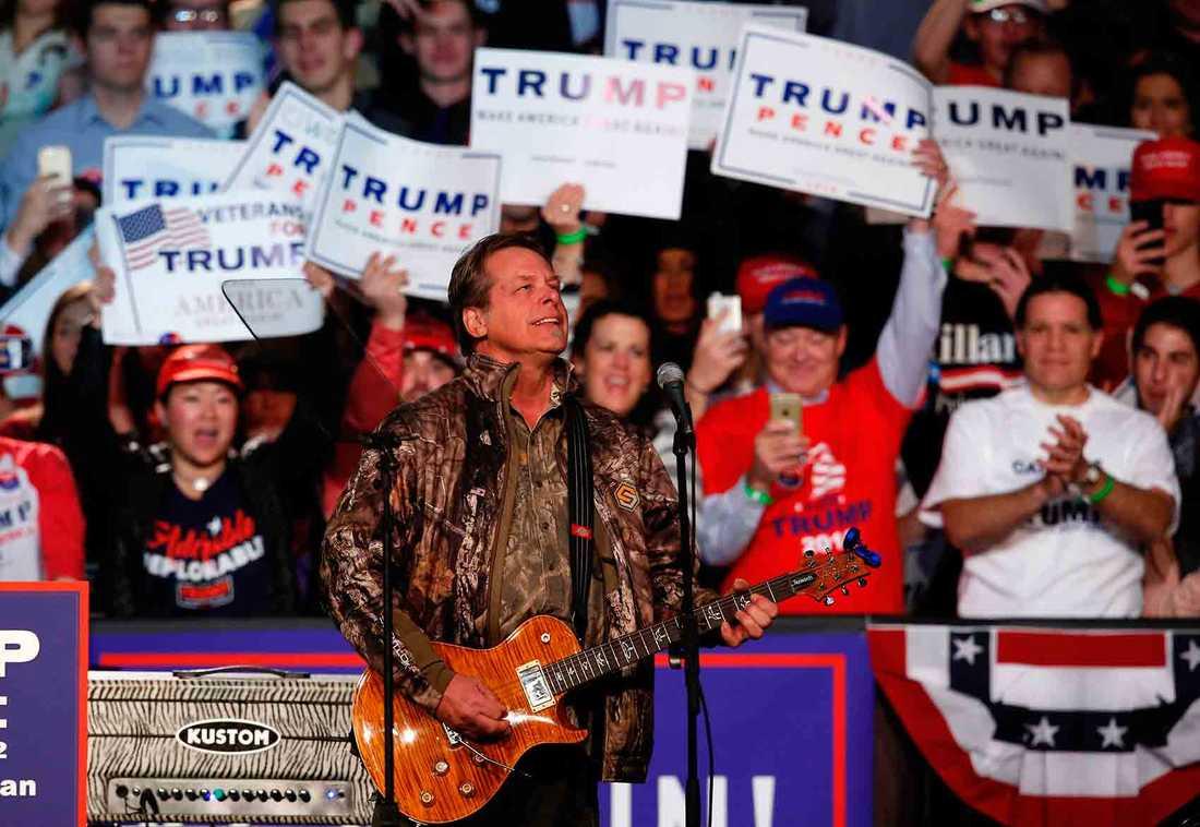 Ted Nugent uppträder inför Trumps sista tal i Grand Rapids.