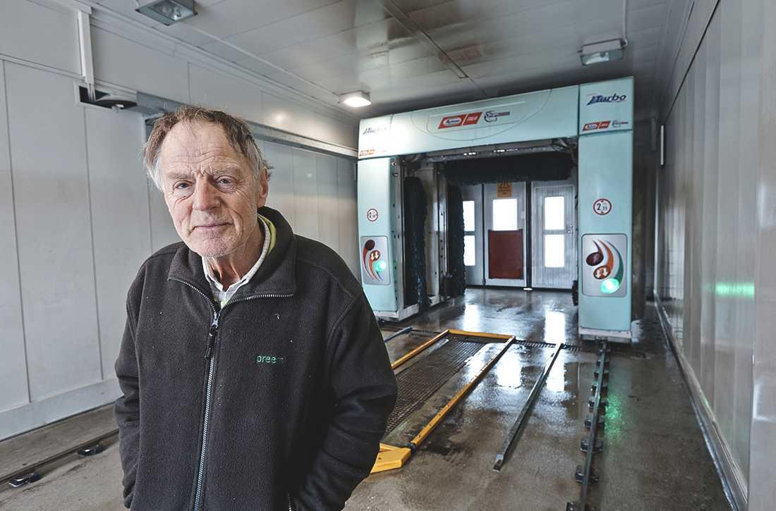 Tage Schill, 82, fick en obehaglig överraskning när han skulle göra rent i biltvätten.