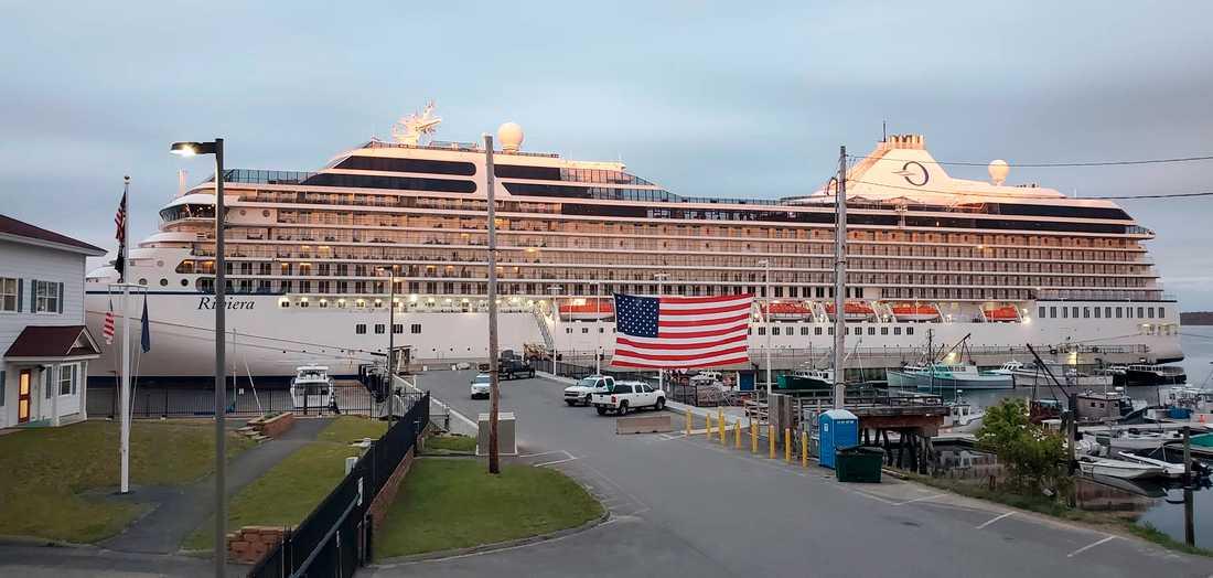 Ett kryssningsfartyg i amerikanska delstaten Maine ligger vid kaj.