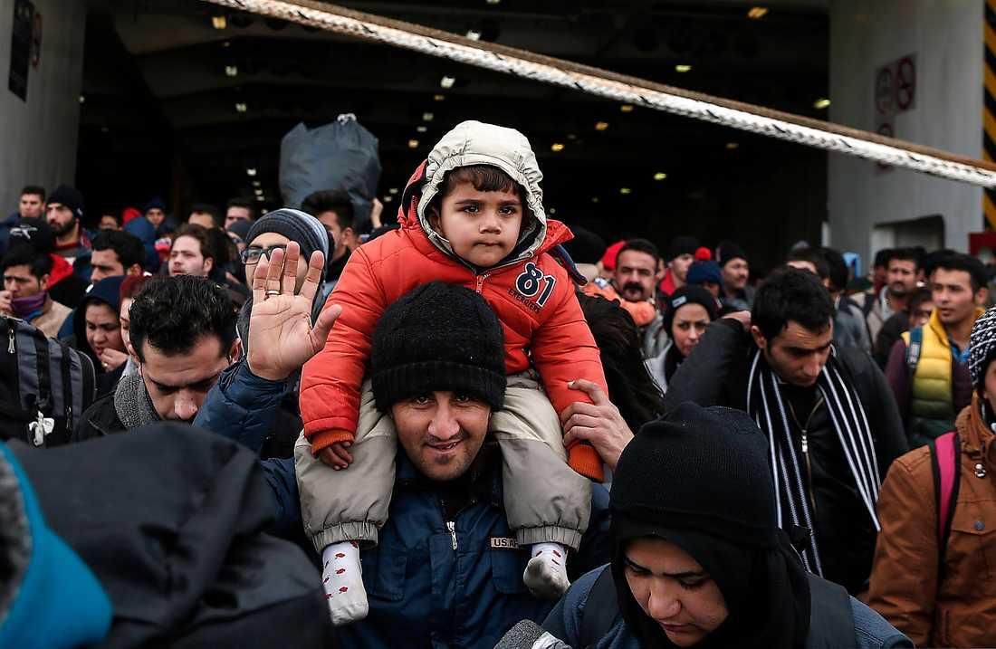 PÅ VÄG Flyktingar och migranter anländer till den grekiska staden Pireus med färja.