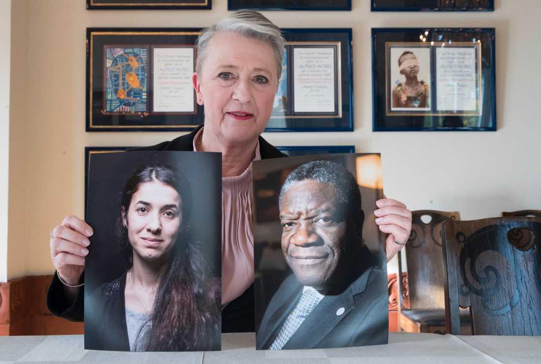 Norska Nobelkommitténs ordförande Berit Reiss-Andersen håller upp fotografier på årets fredspristagare, Nadia Murad och Denis Mukwege. Arkivfoto.