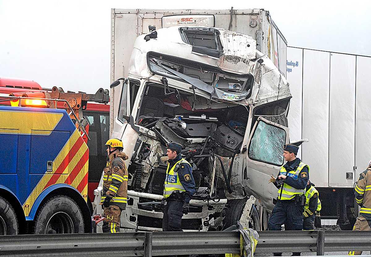 KOM ALDRIG HEM För ett år sedan inträffade dödsolyckan där en lastbil krockade med en SL-buss på E4:an vid Järna. Lastbilsförare är den yrkesgrupp där flest omkommer på jobbet.