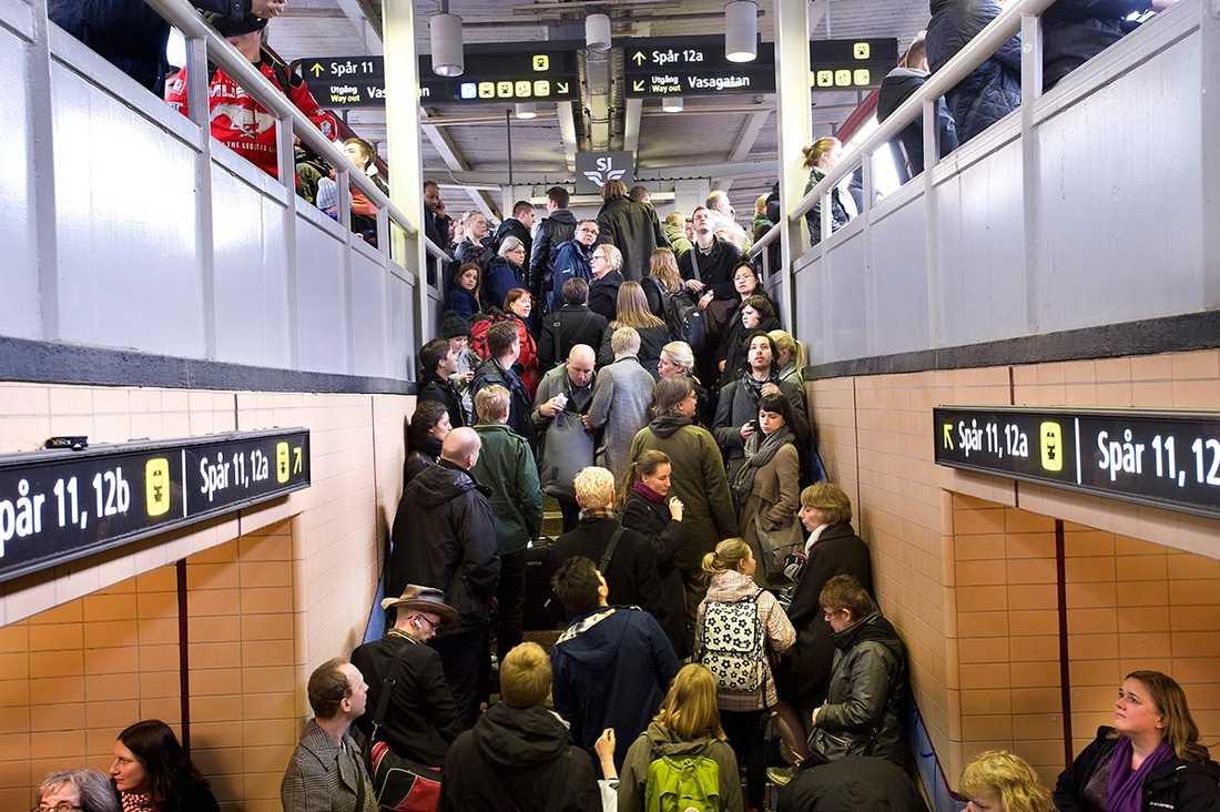 ... OCH TÅGSTOPP Fuskjobb och underbemanning – även inom underhållet av järnvägen har vinstjakten slagit igenom med bristande säkerhet och försenade tåg som följd.