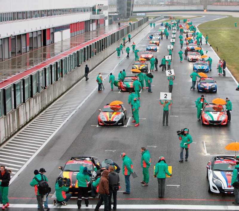 Med så här många bilar och så halt väglag är det viktigt att starta långt fram. Svenska teamet kör bil nr 4 i högra raden.