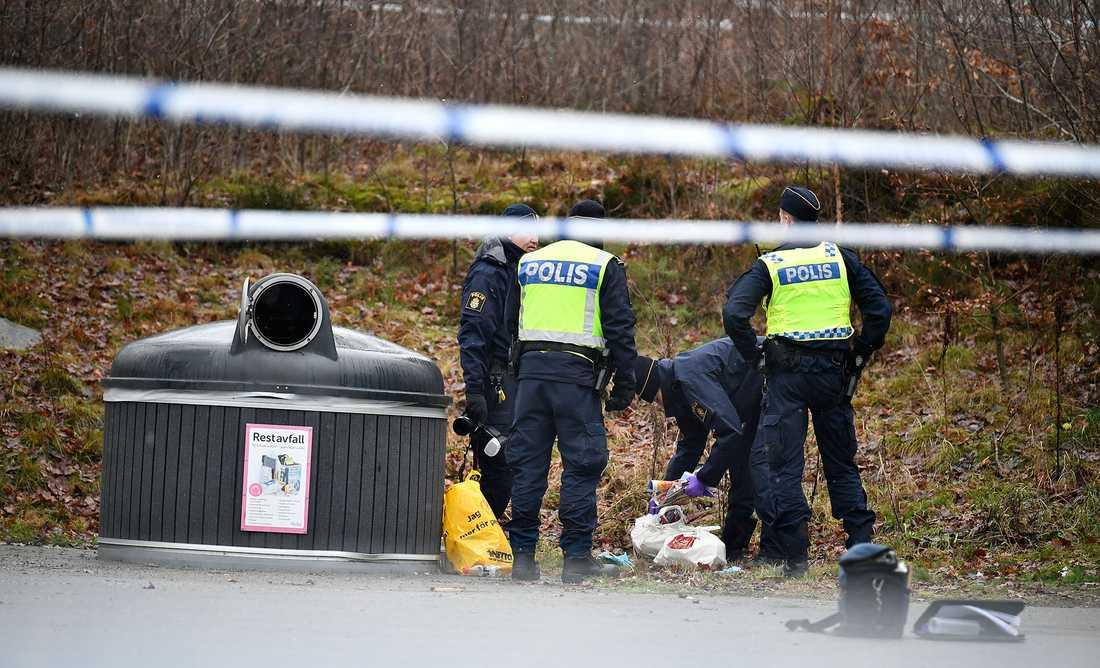 Kvinnan hittades med svåra stickskador i Mölnlycke, öster om Göteborg.