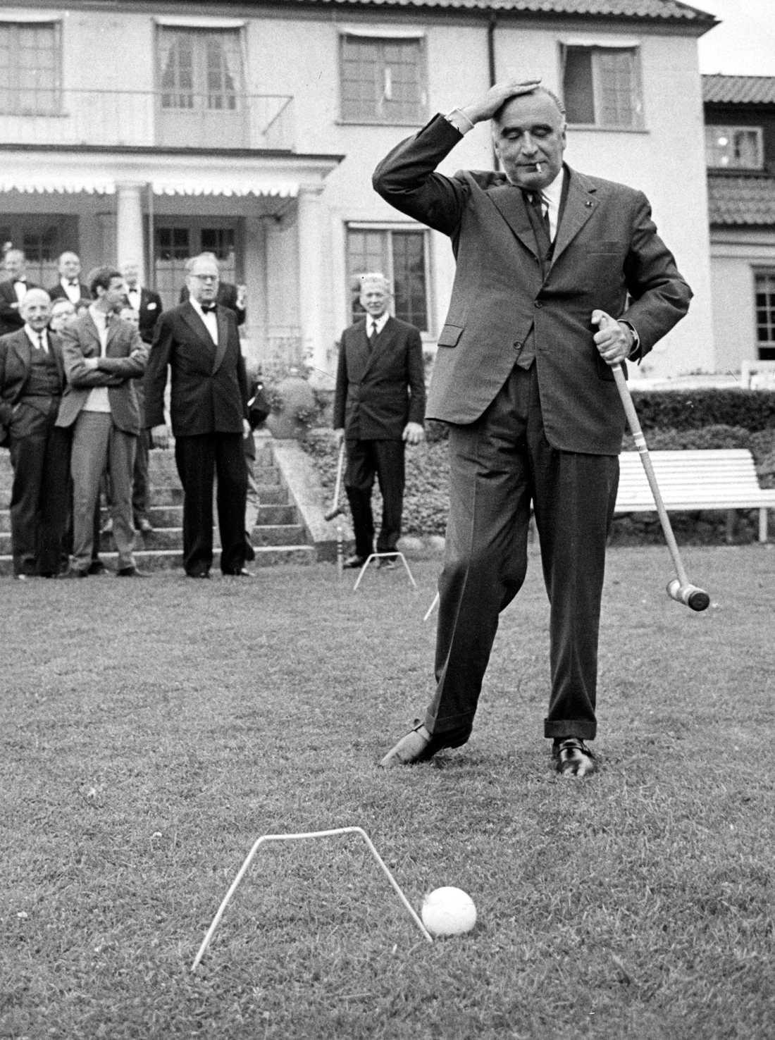 Frankrikes premiärminister Georges Pompidou spelar krocket på Harpsund 1964. I bakgrunden statsminister Tage Erlander och frankrikes utrikesminister Couve de Murville (med klubba i handen). Arkivbild.