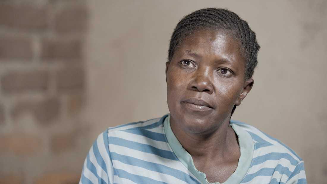 Lucia Marembela våldtogs av North Maras vakter när hon tog sig över muren som omringar gruvan. Förut kunde lokalbefolkningen tjäna sitt levebröd lagligt på att leta guld i området, men efter gruvans intåg tar många sig över muren i jakt på sten med små guldrester.