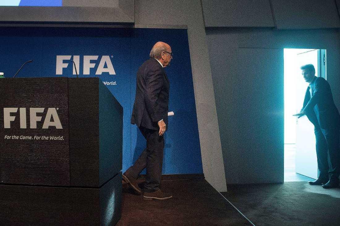 LÄMNAR DEN STORA SCENEN  Joseph S. Blatter, president för internationella fotbollförbundet (Fifa) sedan 1998, meddelade i går plötsligt att han lämnar posten. Detta bara fyra dygn efter att han blev omvald för ytterligare en fyraårsperiod.