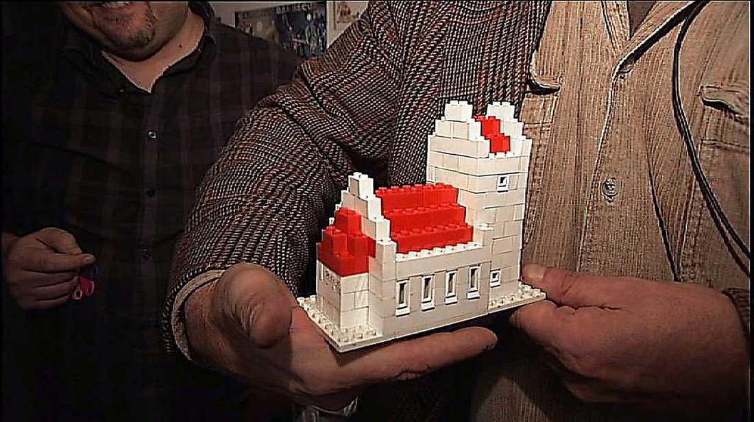 KYRKAN  Legokyrkan från sent 1950-tal var dansk. Inte bara för att Lego gjordes i Danmark utan för att de kantiga danska klocktornen var som gjorda för att komma i Legoversion. Just den här modellen byggde Aftonbladets reporter tillsammans med Gil Herrey i Sollefteå. Gil skulle många år senare bli storasyster till Bröderna Herrey.