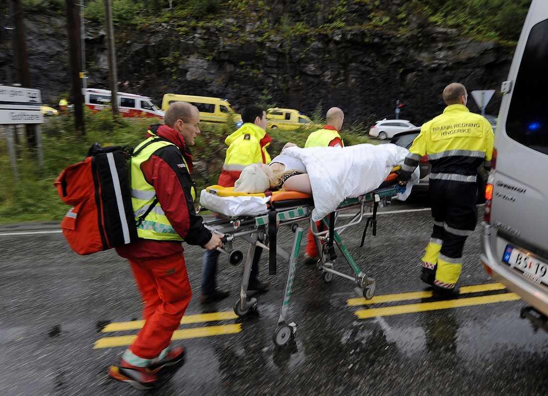 """SVÅRT UPPVAKNANDE På Ullevåls sjukhus vårdas fortfarande 15 unga för sina skottskador. Vissa är fortfarande nedsövda sedan i fredags. När de väcks vet de inte vad som hänt sedan massakern. """"De frågar efter sina vänner"""", säger överläkaren Pål Aksel Næss."""