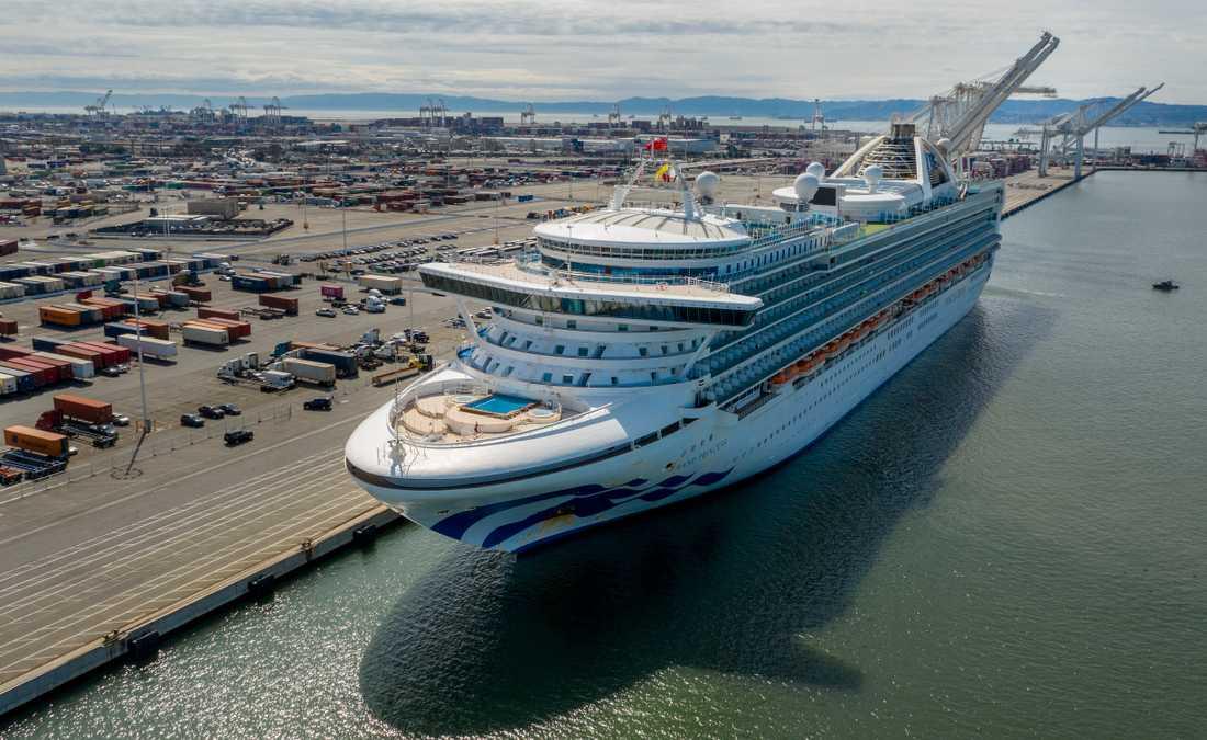 The Grand Princess har lagt till i hamnen i Oakland i närheten av San Francisco i USA.