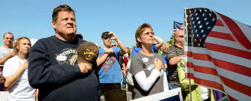svär – åt välfärdsstaten  2 000 radikala republikaner med hjärtat åt höger hedrar flaggan på ett Tea party-möte i Wisconsin i somras.