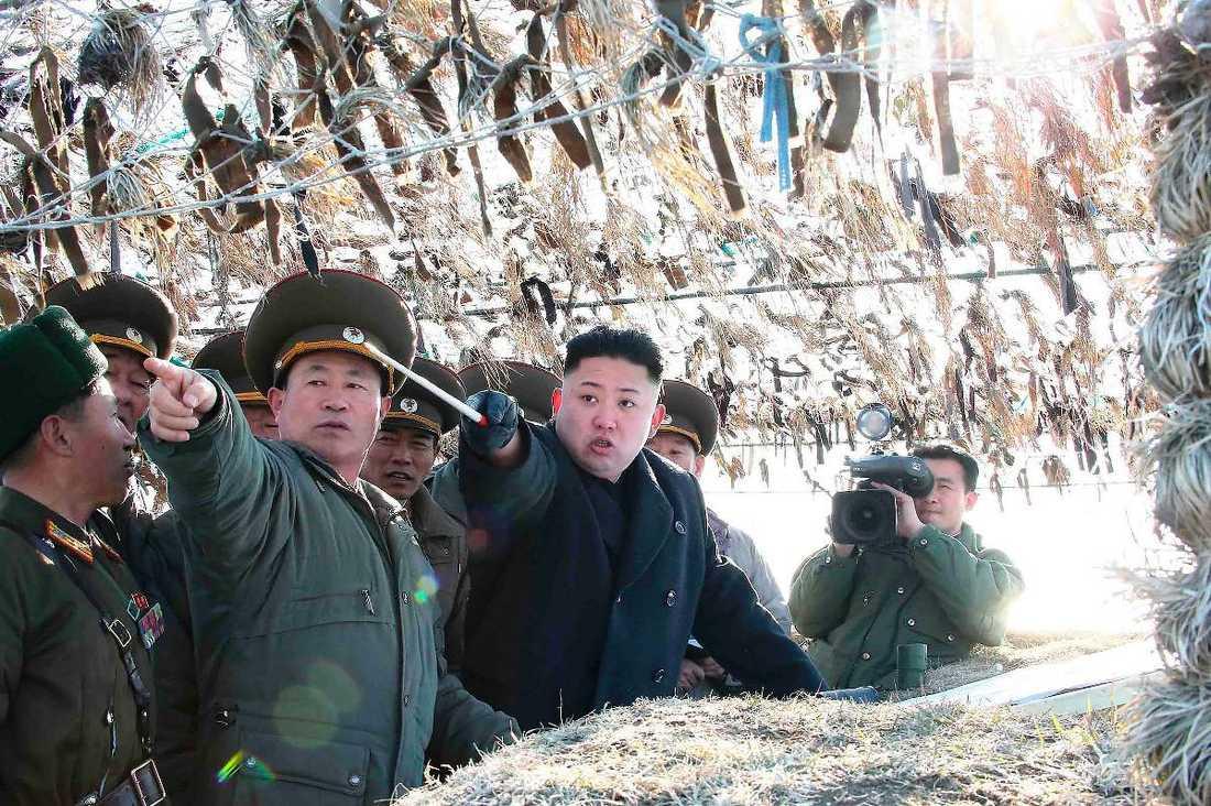 """Måste se stark utEnligt Nordkoreaexperten Geir Helgesen har inte diktatorn Kim Jong-Un råd att se svag ut – därför hotar han USA och Sydkorea. """"Nordkorea är medvetet om att de inte har en chans. De har verkligen gjort det till en konst att utmana, utan att gå över gränsen"""", säger Helgesen."""
