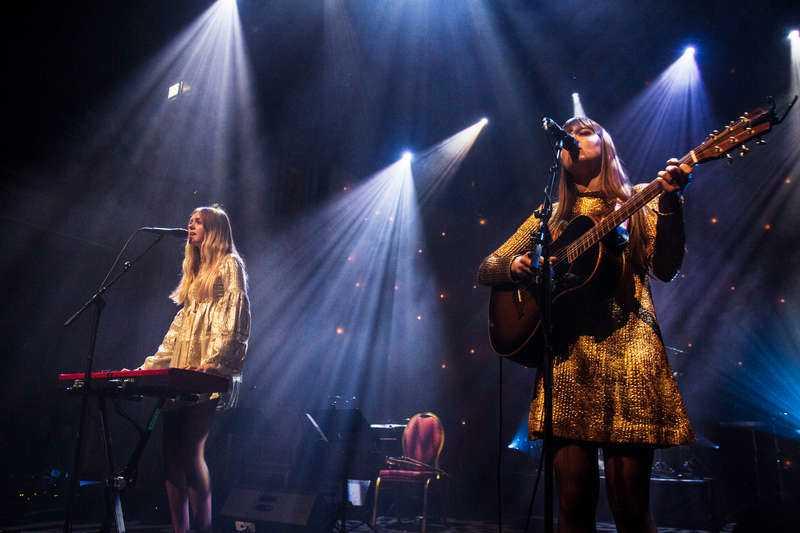 Johanna och Klara Söderberg smälter hjärtan på Berns. Pop och country är det verkliga fyrverkeriet under deras konsert. Foto
